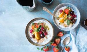 โยเกิร์ตธรรมชาติใส่ผลไม้รวมกับน้ำมันโอเมก้า-3 จาก Ceel ในชาม
